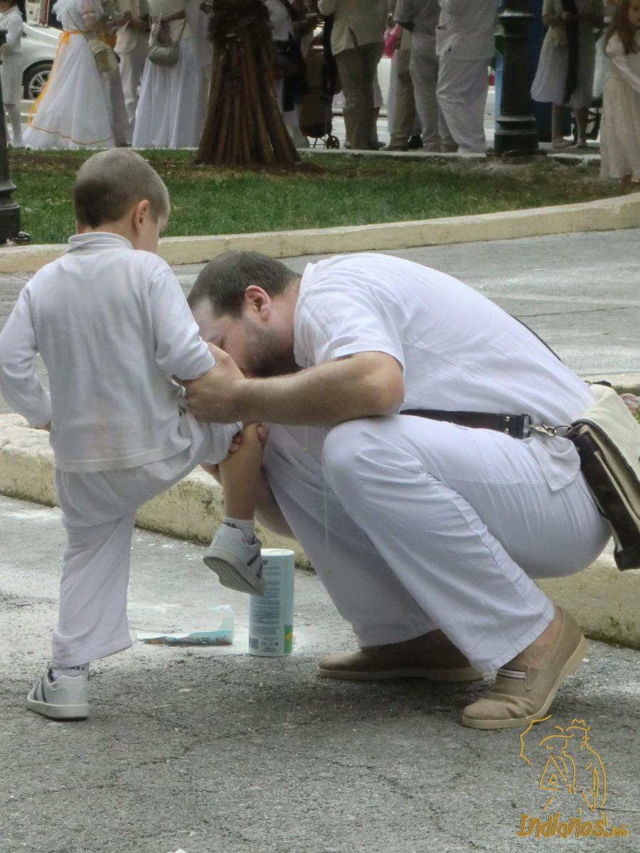 Un besito de papá, arregla cualquier caída. Foto: Daniel Sánchez
