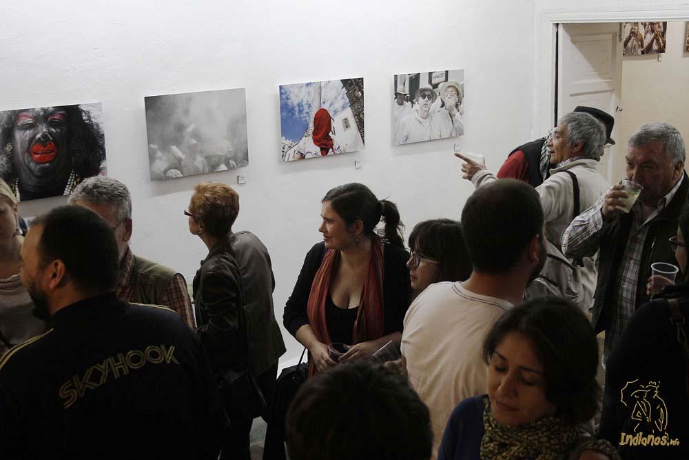 """Gran acogida en la inauguración de la exposición fotográfica de """"Los Indianos"""" de Selu Vega y Daniel Roca"""