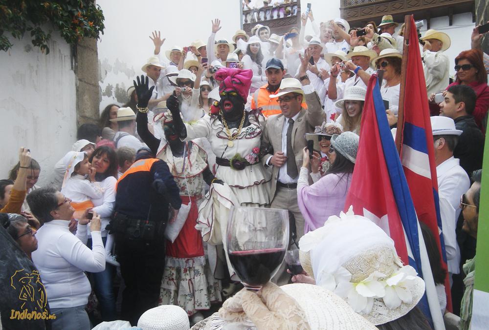 Llegada de la Negra Tomasa a la Plaza de España acompañada por el Alcalde de Santa Cruz de La Palma, Sergio Matos.