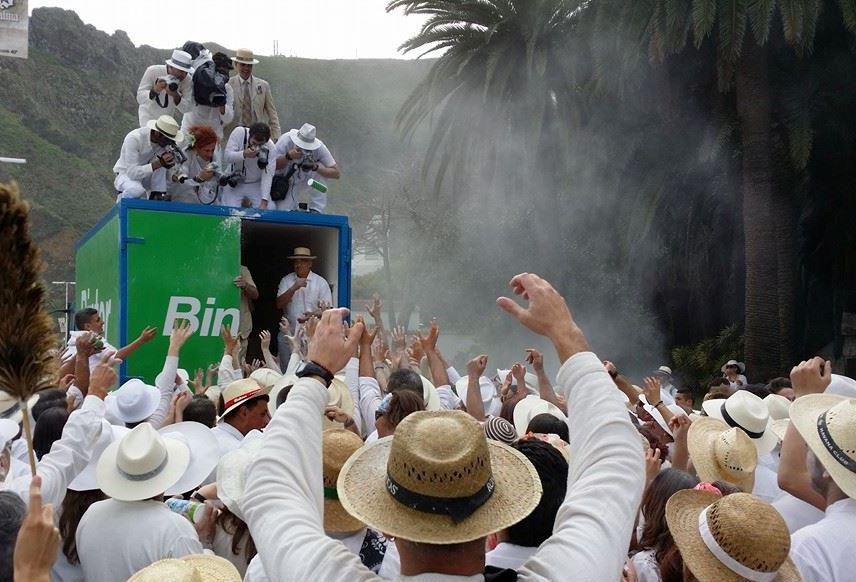 Fotografos sobre el camión del reparto de polvos de Los Indianos 2014.