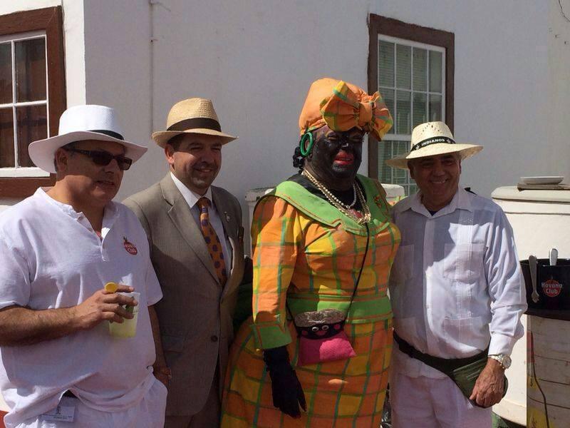 El cónsul de Cuba (a la dcha), junto a la Negra Tomasa y el alcalde de Santa Cruz de La Palma en Indianos 2014