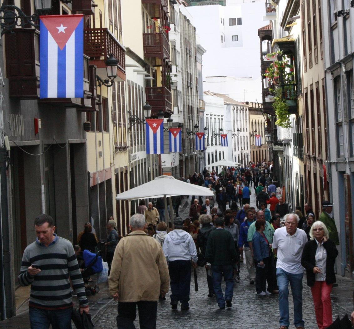 Banderas de Cuba en la calle Real