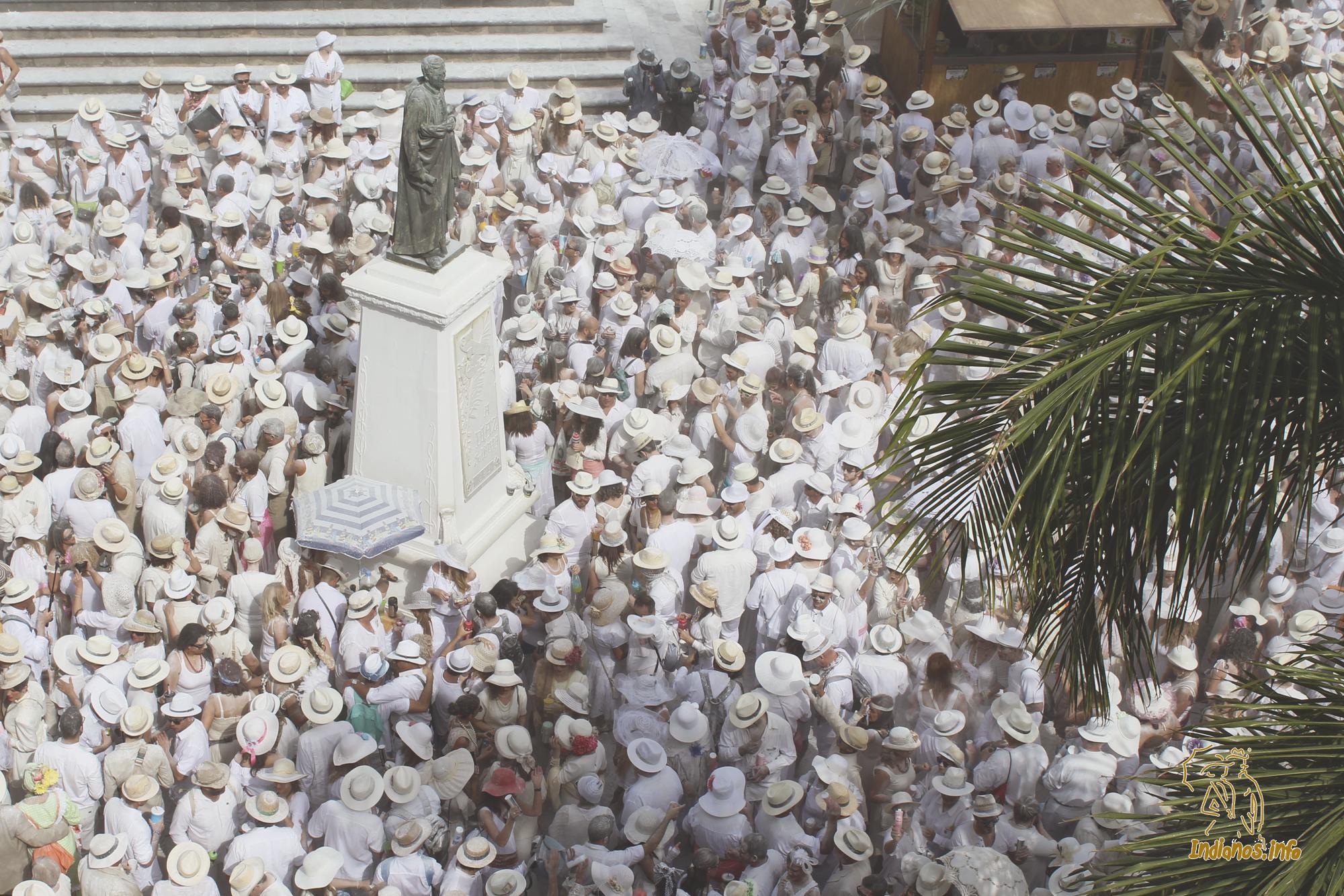 Llegada y Recibimiento de la Negra Tomasa y su familia, al son de la conga cubana Negra Tomasa, en la plaza de España.