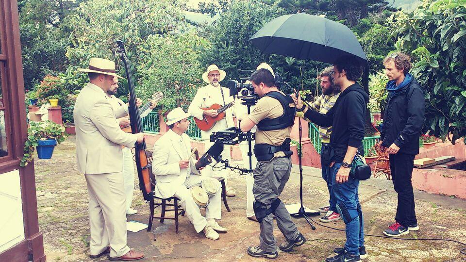 """Parte del equipo del documental rueda una escena con el grupo palmero """"Pimienta y ají""""."""